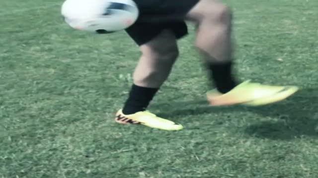 Hachim Mastour testa il nuovo pallone della Serie A