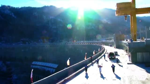 Sochi 2014, la torcia olimpica accende i Giochi