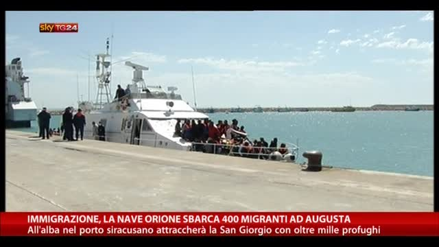 Immigrazione, la nave Orione sbarca 400 migranti ad Augusta