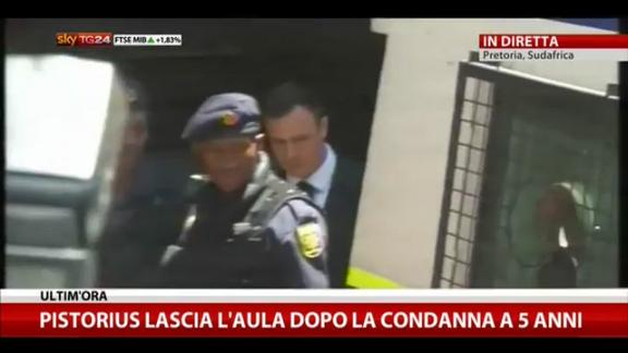 L'uscita di Pistorius dall'aula dopo condanna a 5 anni