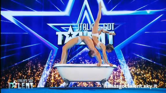 Italias Got Talent Vasca Da Bagno.Il Bagno Sexy De Les Farfadais Italia S Got Talent 2019 Tv8