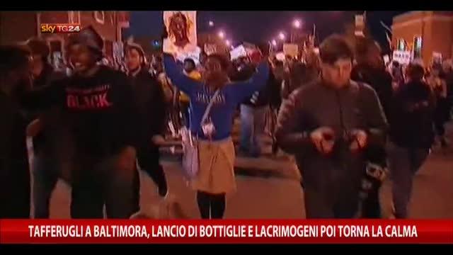 Tafferugli Baltimora, lancio di bottiglie e lacrimogeni