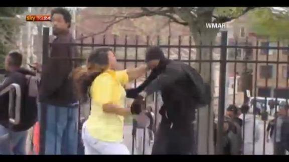 Baltimora, madre schiaffeggia figlio teppista negli scontri
