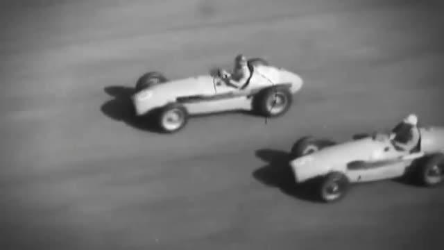 Lewis Hamilton alla guida con Stirling Moss