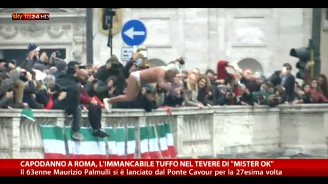 """Capodanno a Roma, il tuffo nel Tevere di """"Mister Ok"""""""