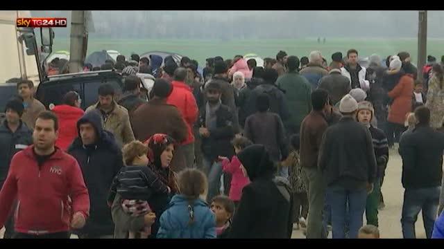 Viaggio dei profughi siriani al confine con la Macedonia