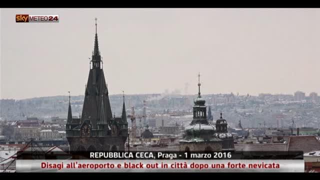 Nevicata a Praga: disagi per i voli e black out in città