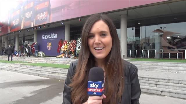 Fiori al Camp Nou per Cruijff: l'omaggio di Barcellona