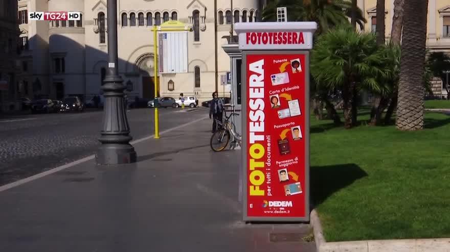 Cabina Fototessere Torino : Coppia in una cabina per fototessere barbara picci