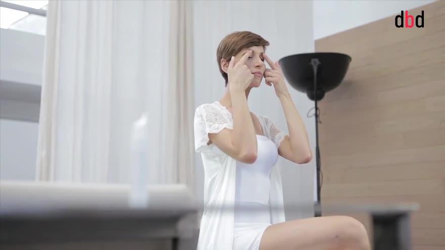 Video tutorial: come si applica la crema contorno occhi?