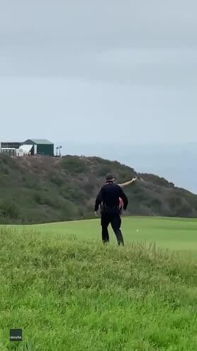 Golf, invasione di campo vestito con bandiera arcobaleno
