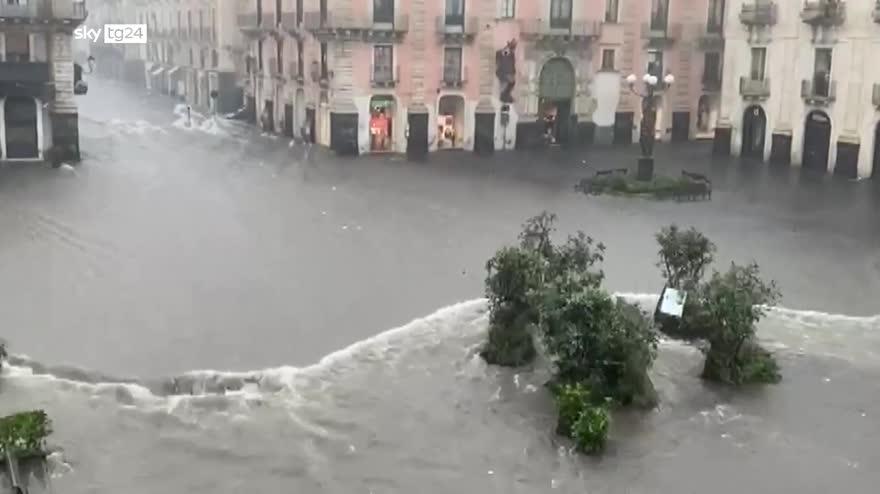 Maltempo in Sicilia, strade allagate e danni in diverse zone: guarda tutti i video