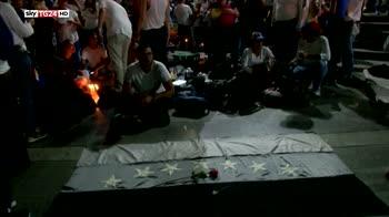 Venezuela, Maduro reprime e annuncia aumenti di salario