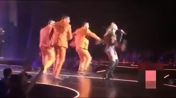 Jennifer Lopez fa il casquet ma resta bloccata.