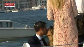 sposi vanno via in barca