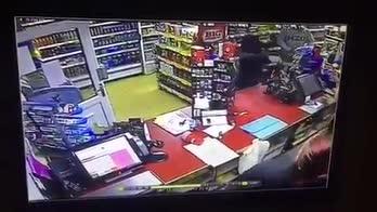 Cliente eroe sventa rapina a mano armata