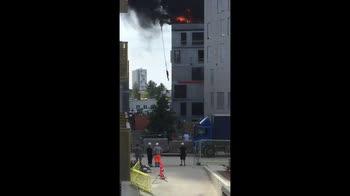 Uomo salvato da palazzo in fiamme da...