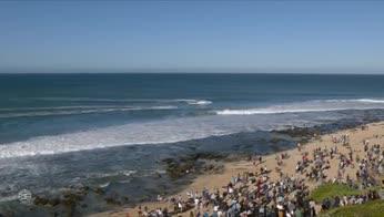 Incontro ravvicinato tra il campione di surf e lo squalo