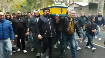 """Modena, tifosi in protesta: """"funerale"""" fuori allo stadio"""