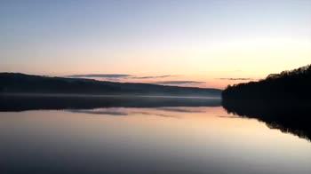 La nebbia avvolge il fiume Connecticut. Video Timelapse