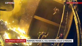 Incendio Georgia, pompiere prende al volo bimba