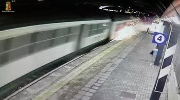 Treno deragliato, fumo e scintille dal convoglio a Pioltell