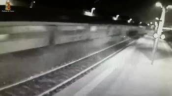 Treno deragliato, le scintille al passaggio del convoglio