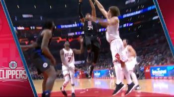 NBA, Tobias Harris al ferro per la dunk contro Chicago