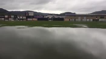 Spagna, piove troppo e il campo diventa una piscina