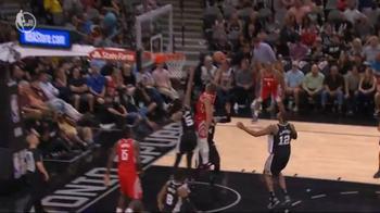 NBA, la super schiacciata di Eric Gordon contro gli Spurs