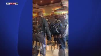 Starbucks si scusa per l'arresto di due neri nel loro caffè
