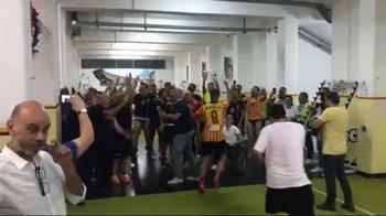 Lecce promosso in Serie B: la festa negli spogliatoi
