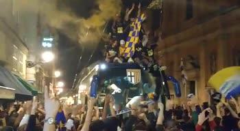 Parma, l'accoglienza dei tifosi all'arrivo in città