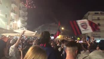 Fuochi d'artificio, trombette e gioia: Cosenza si gode la B