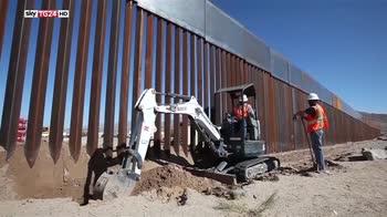 ERROR! Melania Trump visita a sorpresa centri migranti in Texas