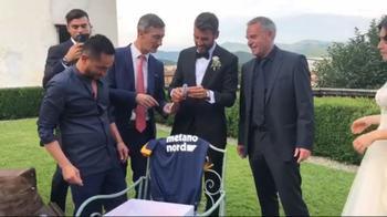 Il regalo di matrimonio ad Almici: maglia e firmacol Verona
