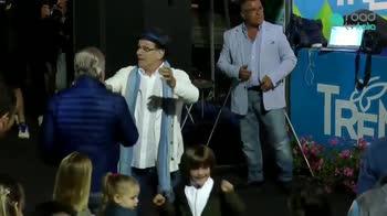"""De Laurentiis show alla festa del Napoli: """"Chi non salta..."""