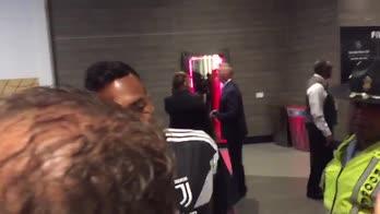 ICC, Alex Sandro regala la maglietta a un tifoso
