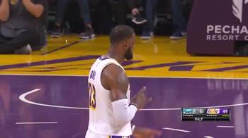 NBA: LeBron James segna la tripla sulla sirena del 1° tempo