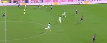 Borja Valero fa scorrere la palla e salta Milenkovic