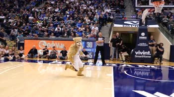 NCAA, la mascotte schiaccia dalla linea dei 3 punti
