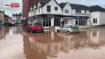 Tempesta Dennis, strade sommerse dall'acqua in Inghilterra