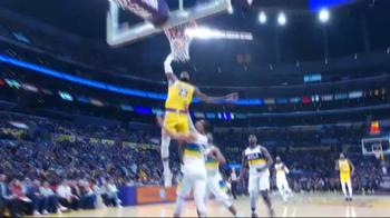 NBA, LeBron James schiaccia su Josh Hart