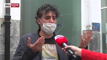 Napoli, richiedenti asilo cuciono mascherine da donare