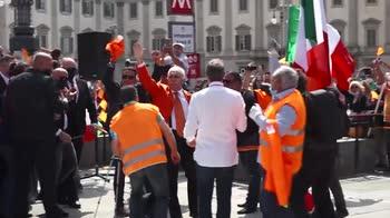 Milano, manifestazione gilet arancioni