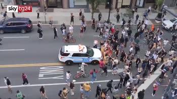 Proteste New York, auto della polizia contro manifestanti