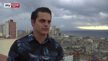 Cuba, tenore si esibisce dal balcone a l'Havana