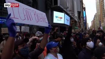 Morte George Floyd, manifestanti a terra come morti a Times Square