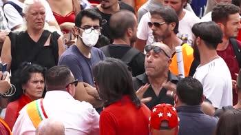 Gilet arancioni a Roma, assembramenti in piazza