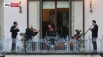 Emergenza virus, la Filarmonica della Scala suona nei cortili di Milano